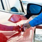 特別なアイテムは不要!車内の温度を効率よく下げる方法